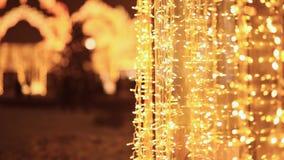 Гирлянды рождества светящие в улицах города ночи moscow новый год темы видеоматериал
