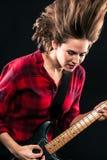 Гитара волос модельной красной рубашки фланели шальная Стоковое фото RF