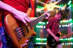 Гитара в руках ` s человека Стоковые Изображения