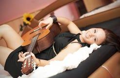 гитара девушки Стоковое Фото