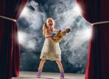 гитара девушки играя этап Стоковая Фотография RF