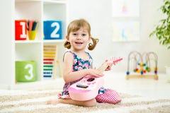 гитара девушки немногая играя Стоковое Фото