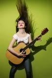 гитара играя детенышей женщины Стоковая Фотография