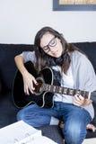 гитара играя детенышей женщины Стоковые Изображения