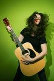 гитара играя женщину утеса Стоковые Изображения
