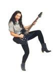 гитара играя пея женщину стоковые изображения rf