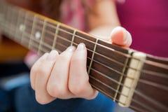 Гитара игры женщины музыки акустическая Стоковое Изображение RF