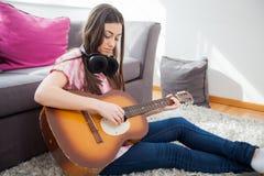 гитара игры молодой женщины акустическая Стоковые Изображения RF