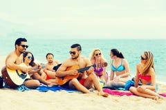 Гитара игры друзей Стоковая Фотография