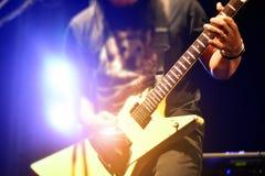 Гитара игры человека на этапе в партии Стоковое Изображение RF