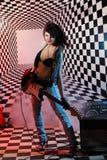Гитара игр женщин электрическая в студии Стоковое Фото