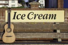 Гитара и мороженое - мой вид каникул! Стоковые Изображения