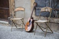Гитара и стулья в Провансали, Франции стоковые изображения rf