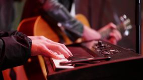 Гитара и электрический рояль на концерте видеоматериал