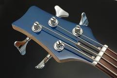 гитара крупного плана 4 басов стоковая фотография