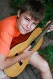 гитара мальчика немногая играя Стоковые Изображения