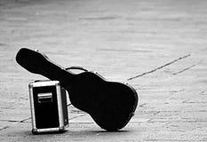 Гитара при изолированный усилитель покинутым Стоковая Фотография RF