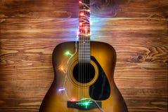 Гитара с светами рождества стоковая фотография