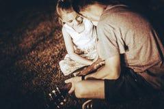 гитара учя играть стоковые фото