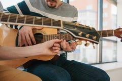 гитара учя игру к Образование музыки и внеучебные уроки Хобби и восторг для играть гитару и стоковое фото rf