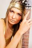 гитара электрической девушки золотистая Стоковое Фото