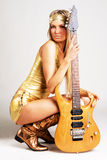 гитара электрической девушки золотистая Стоковое Изображение