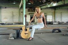 гитара 2 блондинк сексуальная Стоковые Изображения RF
