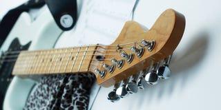 Гитара fingerboard крупного плана белая электрическая Изолированный на белом b Стоковое Изображение