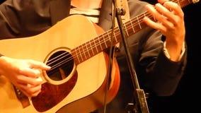 Гитаристы вручают играть гитару - этап горы ` s NPR сток-видео