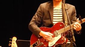 Гитаристы вручают играть электрическую гитару - этап горы ` s NPR сток-видео