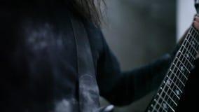 Гитаристы играя в ангаре сток-видео