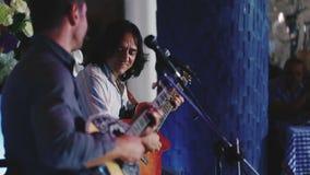 Гитаристы играя на гитаре и на bouzouki редакционо видеоматериал