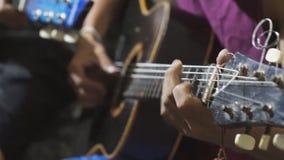 Гитаристы тренькая гитарой поле глубины отмелое акции видеоматериалы
