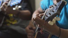 Гитаристы тренькая гитарой поле глубины отмелое сток-видео