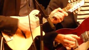 Гитаристы дуо вручают играть гитару & мандолину - этап горы ` s NPR сток-видео