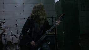 Гитарист в репетиции видеоматериал