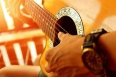 Гитарист для захода солнца предпосылки, нежности и нерезкости Стоковое Изображение RF