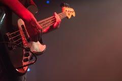 Гитарист играет басовую гитару на концерте стоковое фото rf
