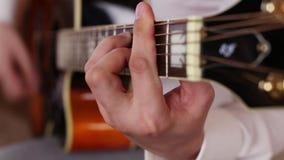 Гитарист играет гитару в студии сток-видео
