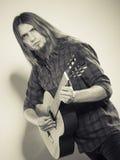 Гитарист играет гитару Стоковое Изображение RF