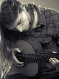 Гитарист играет гитару Стоковое Изображение