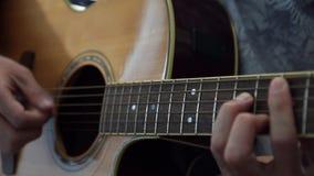 Гитарист играя акустическую гитару в студии сток-видео