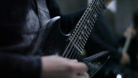 Гитарист играя в ангаре сток-видео