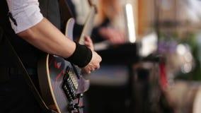 Гитарист играя электрическую гитару сток-видео