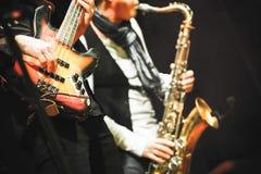 Гитарист и саксофонист на этапе стоковые фотографии rf