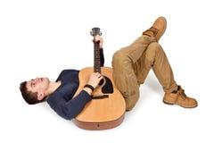 Гитарист кладя с гитарой Стоковое Изображение RF