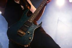 Гитарист на концерте стоковые фото