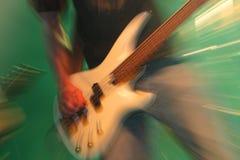 Гитарист на концерте стоковое фото