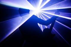 Гитарист на предпосылке светов Стоковые Фотографии RF