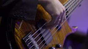 Гитарист на этапе играя гитару акции видеоматериалы